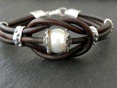 Plage Pearl Bracelet Artisan Sterling Silver cuir Bracelet amour noeud chocolat brun BOHO Chic - Maggie S. Bracelet Love, Diy Leather Bracelet, Bracelet Cuir, Leather Jewelry, Bracelet Making, Jewelry Making, Leather Cuffs, Brown Leather, Pearl Jewelry