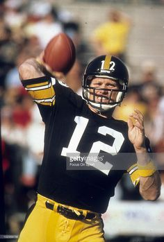 PITTSBURGH, PA - CIRCA Quarterback Terry Bradshaw of the Pittsburgh Steelers warming up circa late before an NFL football game at Three Rivers Stadium in Pittsburgh, Pennsylvania. Bradshaw played for the Steelers from Go Steelers, Pittsburgh Steelers Football, Pittsburgh Pa, Steelers Stadium, Pitt Steelers, Pennsylvania Pittsburgh, Alabama Football, Nfl Football Games, Football Players