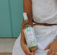 Il vino è un racconto che inizia dall'etichetta. Per scoprire il #12emezzo Bianco Puglia IGP Biologico di Varvaglione godetevi prima di tutto il suo abito floreale, che anticipa i profumi di un vino che ricorda la campagna a primavera. Provatelo in abbinamento a crostacei, primi piatti di pesce e dolci.  #Varvaglione #vigneevini #Puglia #organic #white #bio #bianco