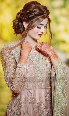 Image shared by 😘Aleena😘. Find images and videos about cute, beautiful and awesome on We Heart It - the app to get lost in what you love. Pakistani Bridal Hairstyles, Bridal Hairstyle Indian Wedding, Pakistani Bridal Makeup, Bridal Hair Buns, Unique Wedding Hairstyles, Pakistani Girl, Pakistani Dress Design, Pakistani Wedding Dresses, Bride Hairstyles