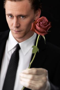 I absolutely NEEDED a picture of Tom Hiddleston offering me a rose today Thomas William Hiddleston, Tom Hiddleston Loki, Loki Thor, Loki Laufeyson, Mel Gibson, Bucky Barnes, Westminster, Chris Hemsworth, My Tom