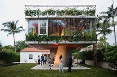 1930s Bungalow Gets a Concrete Tree House like Addition Bungalow, Sustainable Architecture, Architecture Design, Miami Beach House, Sun Path, Solarium, Miami Houses, Concrete Houses, Tropical Houses