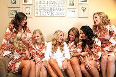 Robes/Kimonos floridos para as madrinhas te acompanharem na produção para o casamento. Rende fotos lindas e diversão!
