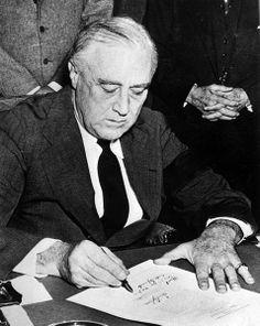 El presidente estadounidense Roosevelt firma la Declaración de Guerra contra Japón el día después del ataque a Pearl Harbor, esto marca la entrada militar de Estados Unidos en la Segunda Guerra Mundial.