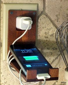 DIY Phone Stand and Dock Ideas That Are Out of The Box - Iphone Stand - Ideas of Iphone Stand - diy phone stand wood charging stations Woodworking Plans, Woodworking Projects, Woodworking Apron, Woodworking Basics, Diy Phone Stand, Wood Phone Stand, Charger Holder, Phone Charger, Bois Diy