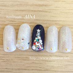 サンタネイルや雪だるまネイルなど、キュートなシーズンネイルも素敵ですが、イルミネーションが輝く素敵なクリスマスには、ロマンチックで上品な大人の指先を纏ってみませんか。今回は、大人の女性にオススメしたい!高級感が漂う大人上品なクリスマスネイルデザインを集めました。