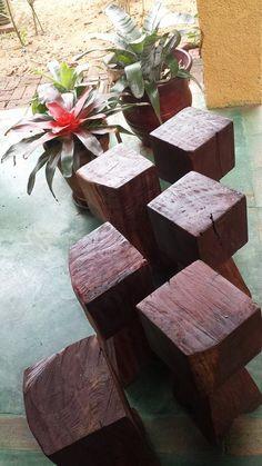 Bancos rústicos de madeira reciclada.