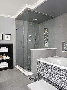 moderne Badfliesen Mosaik an der Badewanne, Narutstein Optik am Boden der Duschkabine, sonst graue große Kacheln