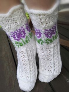 Ohje: Hyvän mielen silmukat/facebook, kuva Tarja Myllykangas Cute Socks, Knitting Socks, Hand Warmers, Knit Crochet, Knitting Patterns, Slippers, Textiles, Comfy, Stitch