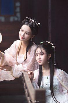 微博 Chinese Traditional Costume, Traditional Dresses, Vietnam Costume, Girl Film, Cultural Identity, China Dolls, China Girl, Oriental Fashion, Hair Ornaments
