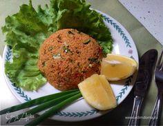 Это турецкий национальный салат из запаренного кипятком булгура и обычных сырых овощей. Подается как обычная холодная закуска - перед основным блюдом.