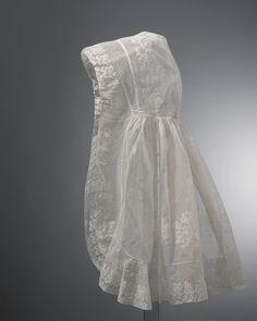 Deze sluiermuts is vermoedelijk gedragen door Johanna van der Plaat bij haar huwelijk in Vlaardingen in 1845. Zij behoorde tot een familie van reders. Deze droegen de sluierkap, in tegenstelling tot de vissersvrouwen die de hul droegen. #ZuidHolland #Vlaardingen