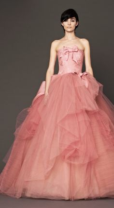 Vera Wang is an icon in the fashion industry for her haute couture and wedding collections. She also pushes the tasteful boundaries of what is, and isn't a wedding dress, as shown here in the Vera Wang Autumn 2014 collections #verawang #autumn2014 #fashion