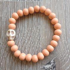 Armband van 8mm peach hout met witte howliet skull. Van JuudsBoetiek, €3,50. Te bestellen op www.juudsboetiek.nl.