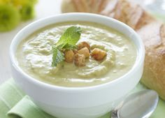 This is a fresh tasting soup whether you use fresh or frozen peas. The fresh mint just brings out the flavour of the peas. Don't worry if you do not have fresh peas, simply add frozen peas directly to the pot! Creamed Asparagus, Asparagus Recipe, Creamed Mushrooms, Baked Potato Soup, Sweet Potato Soup, Recipes For Soups And Stews, Soup Recipes, Carnation Milk Recipes, White Bean Chili Vegetarian