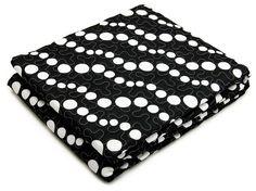 Prikrývka na posteľ čiernej farby bodkovaná