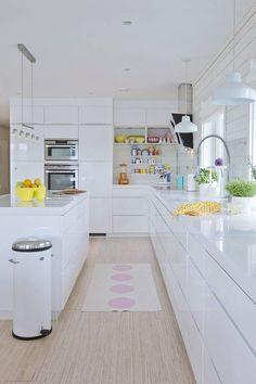 All white kitchen design Long Kitchen, Kitchen Living, New Kitchen, White Gloss Kitchen, All White Kitchen, Glossy Kitchen, Kitchen Interior, Kitchen Decor, Scandinavian Kitchen