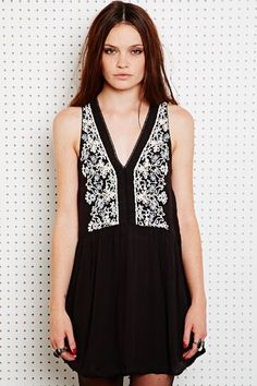 Ecote Besticktes Babydoll-Kleid bei Urban Outfitters