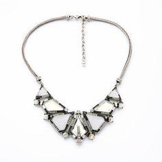 Колье треугольной формы, выполнено в бело-серебряном цвете. Станет отличной находкой для множества нарядов.Выполнено из бижутерного сплава металлов...