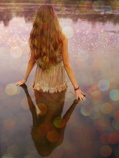 Mujer reflejada en agua