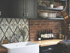cuisine-style-retro-chic-meubles-cuisine-noirs-plan-de-travail-en-bois-evier-blanc-mur-en-briques-deco-industrielle-fantastique