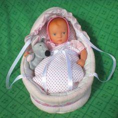 diese 1 Babypuppe in rosa Mini Minouche Dita von Käthe Kruse kreiert von Sylvia Natterer ist 27 cm groß. Sie ist aus Vinyl und Stoff hat gemalte Augen und gemalte Haare. Mit Puppenkleidung, Tragetasche mit Betzeug und Plüschspielzeug. Alles ist unbespielt und sauber, zum Sammeln oder Spielen.Fotos sind Bestandteil der Beschreibung. Rauchfreie und tierfreie Haushalt.Privatverkäufer, keine Rücknahme, Umtausch oder Gewährleistung. Sammlungsauflösung.Abholung oder Versand für 4 € dazu ist auch…