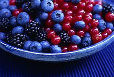 Slideshow: 10 Secrets to Whiter Teeth Blueberries, blackberries and currants in a bowl Teeth Whitening Cost, Stained Teeth, Rainbow Food, Food Is Fuel, White Teeth, Summer Fruit, Dental Health, Fruits And Veggies, Blueberry