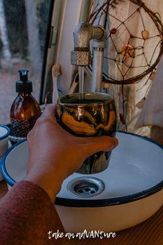 Die Wasserversorgung im Camper, als Teil der DIY Küche 🚰 In diesem Artikel zeige ich dir die Trinkwasserversorgung in meinem Camper, inkl. Wassertank, Wasserhahn, Waschbecken und Einbau innerhalb der Küchenzeile, als weitere Camper Ausbau Idee / #takeanadVANture