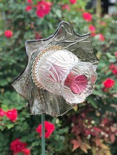 Glass Garden Flowers, Glass Plate Flowers, Flower Garden Design, Glass Garden Art, Flower Plates, Ceramic Flowers, Glass Art, Garden Totems, My Flower