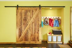 When decorating a house or apartment, usually we does not pay excessive attention to the door, even though it is very important element of the interior. In
