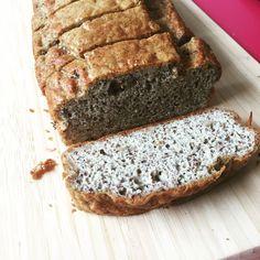 Dúnmjúkt og sykurlaust möndlumjölsbrauð - Blaka.is Banana Bread, Cake, Desserts, Recipes, Iceland, Food, Tailgate Desserts, Ice Land, Deserts