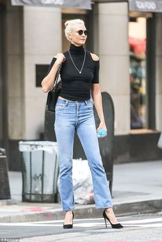 Supermodel Karlie Kloss catches a cab in New York City | Daily Mail Online