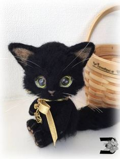 Needle felted black cat...oh my goodness too cute.. looks like my Cait Sidhe<3