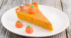 Dieser einfache amerikanische Pumpkin Pie ist super cremig, knusprig und würzig - der perfekte Kürbiskuchen für Halloween und die Herbst-Winter-Zeit!