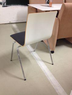 20.11 Lahden isku-tehtaanmyymälässä sama tuoli ilman verhoilua oli vain 4 kpl. 10 eur/kpl, tuolit ovat hyvässä kunnossa paitsi verhoilussa on käytönjäljet.