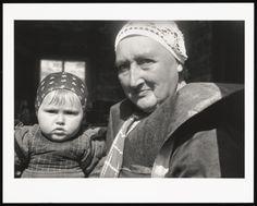 Moeder met kind, Zuiderzee gebied (1937) fotograaf: Malsen, Willem van #Utrecht #Spakenburg Dutch People, Folklore, Winter Hats, Kind, Costumes, History, Utrecht, Holland, Photographers