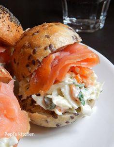 Σάντουιτς με καπνιστό σολωμό και coleslaw http://www.sundayspoon.gr/2014/10/sandwich-kapnisto-solomo-coleslaw/