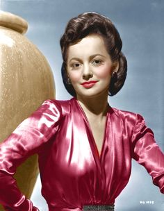 Olivia de Havilland - co-starred with Errol Flynn a record 8 times! Famous Twins, Famous Women, Classic Hollywood, In Hollywood, Captain Blood, Errol Flynn, Olivia De Havilland, British American, Classic Movie Stars