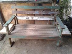 Sofá de dois lugares feito com madeira de demolição com mesas de apoio laterais que podem ser fechadas quando não está em uso