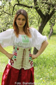 vyšívaný zamatový korzet Folk, Fashion, Moda, Popular, Fashion Styles, Forks, Folk Music, Fashion Illustrations