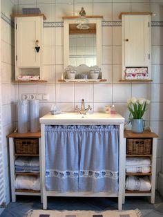 Lavabo Shabby Chic, Shabby Chic Farmhouse, Cute Bathroom Ideas, Shabby Chic Zimmer, Cottage Bath, Living Etc, Tiny Apartments, Rustic Bathrooms, Handmade Home