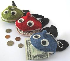Zipper not only used as closure solution but also as a crucial design element. (Ravelry: Coin Pocket - Monster Fish) pattern by Daniela Nii shark coin purse even a little boy wont mind carrying his lunch money in Halloween Knitting Patterns, Knitting Projects, Sewing Projects, Fish Patterns, Knit Patterns, Sewing Patterns, Monster Fishing, Crochet Coin Purse, Felt Monster