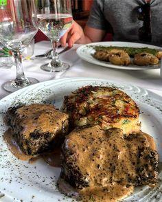 Bem pertinho do Rio Miguel Pereira no vale do café perto de uma floresta há um restaurante bem gostoso e agradável chamado Summer Garden em estilo que lembra o Art Deco e com decoração que faz você se sentir em um bistrô parisiense te encanta. Comida gostosa e um ótimo serviço. Na foto: Steak au Poivre com batata Rosti uma delícia! #gourmetadoisporai #travel #lifestyle #estilodevida #chef #miguelpereira #rj #gourmet #comida #restaurantes #valedocafe #cafe #steakaupoivre #frances #menu…