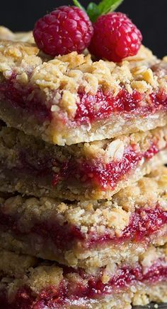 These easy Raspberry Bars have a buttery oatmeal crumble topping and come together in around 30 minutes. Perfect any time of year! Raspberry Bars, Raspberry Cookies, Raspberry Desserts, Strawberry Recipes, Fruit Recipes, Just Desserts, Sweet Recipes, Cookie Recipes, Dessert Recipes