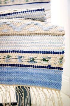 rag rug rosengång #WovenRugs Weaving Art, Weaving Patterns, Tapestry Weaving, Loom Weaving, Hand Weaving, Rag Rug Tutorial, Braided Rugs, Tear, Recycled Fabric