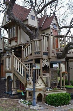Wondrous Tree House @ http://offgridkindred.wordpress.com/2013/04/22/wondrous-tree-house/