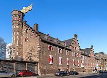 """Das Kölnische Stadtmuseum mit dem """"Flügelauto"""" von HA Schult"""