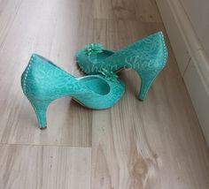 Peep Toe em renda Tiffany, com detalhe de pérolas do mesmo tom no salto