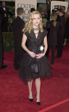 Reese Witherspoon in black Chanel cocktail dress at 2001 Golden Globes Reese Witherspoon Hair, Golden Globe Award Winners, Victoria Secret Fashion, Red Carpet Dresses, Golden Globes, Red Carpet Looks, Pretty Outfits, Celebrity Style, Amigurumi