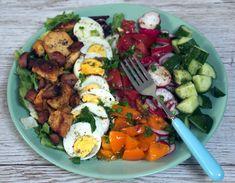 Sałatka z jajkiem, ogórkiem, pomidorem i kurczakiem | Przepisy na dania obiadowe, ciasta, zupy, desery, nalewki, przetwory Bruschetta, Cobb Salad, Salad Recipes, Grilling, Food And Drink, Eggs, Lunch, Breakfast, Bowls